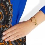 Stella McCartney: Pulsera dorada con forma de esposas