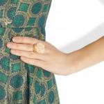 Marni: Anillo dorado con pétalos de resina