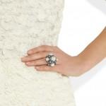 Lanvin: Anillo con perlas de vidrio y cristal