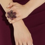 Lanvin: Anillo floral con cristales púrpura