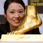 Ginza Tanaka retrata en Oro el pie de Messi